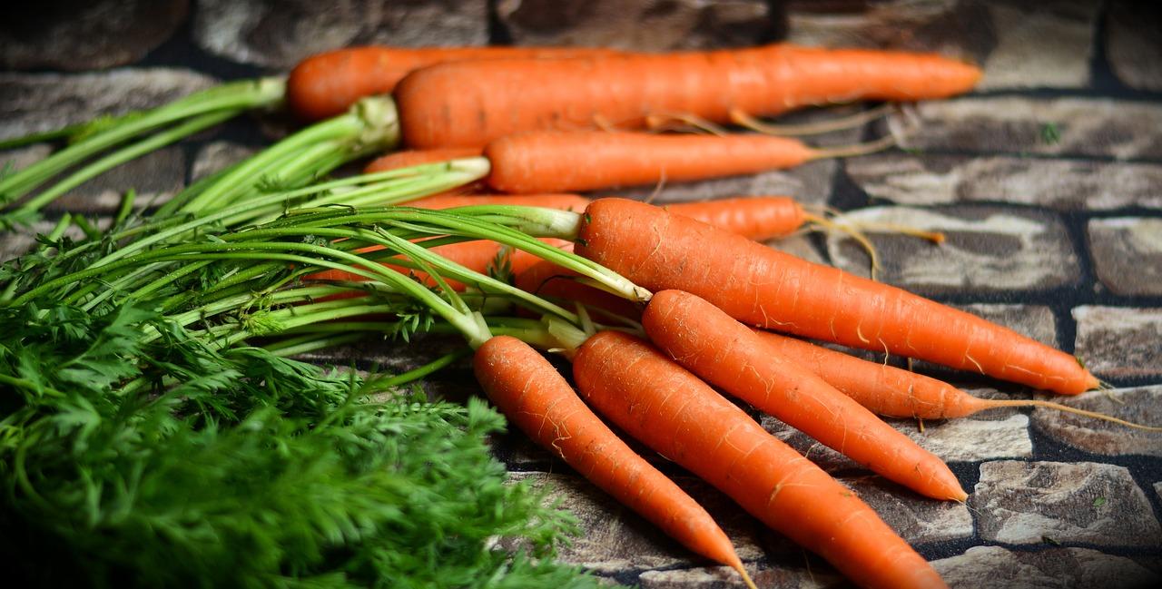 Есть ли в продукте бета-каротин, можно понять по его цвету. Богатая им растительная пища имеет оранжевую, желтую, пурпурную окраску.