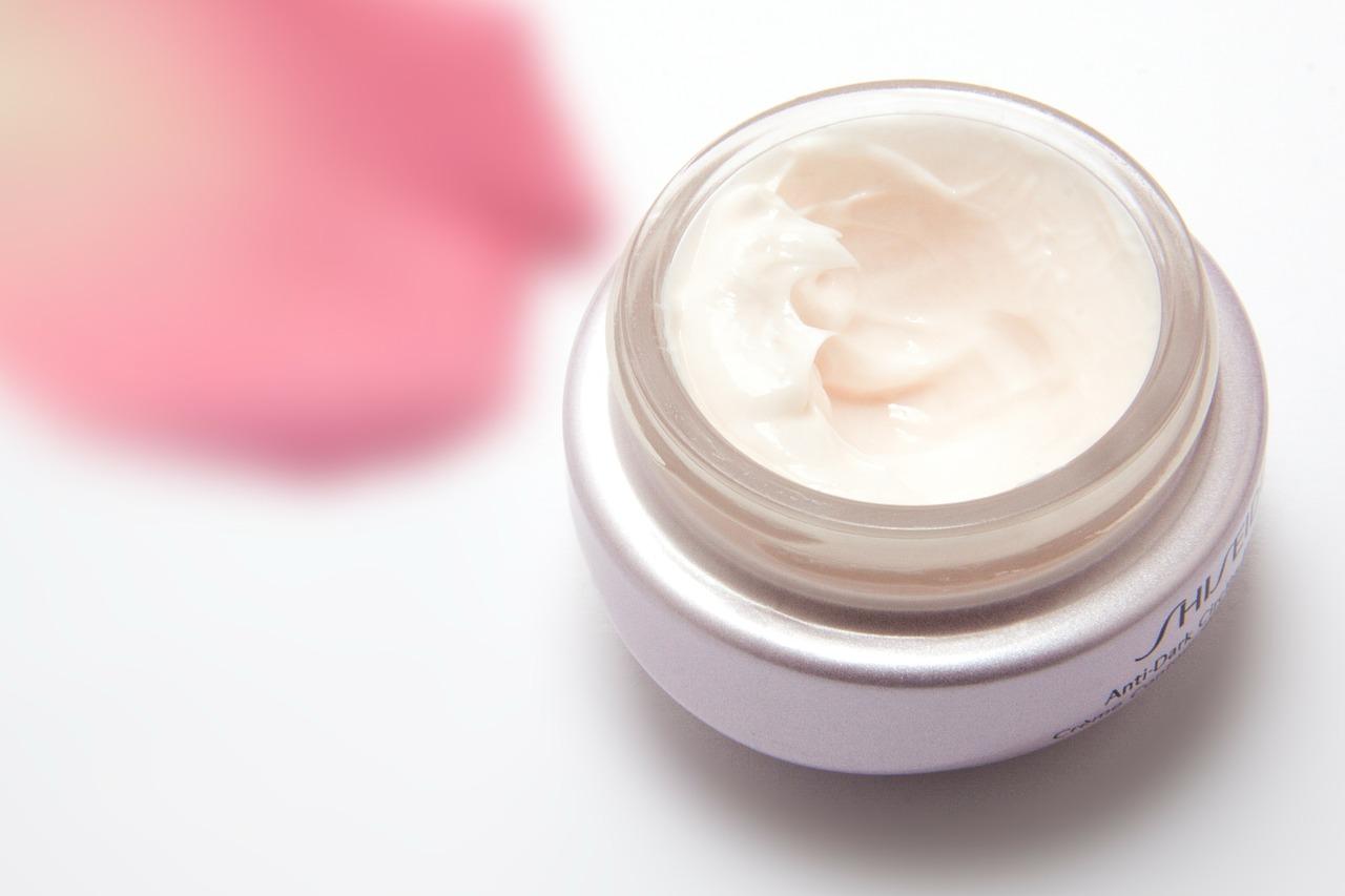 Синтез гиалуроновой кислоты может снизиться. Основная причина такого явления – ультрафиолетовое облучение. Поэтому полимер широко применяется в косметологии и медицине. Его добавляют в антивозрастные косметические средства: кремы, маски, сыворотки, гели.