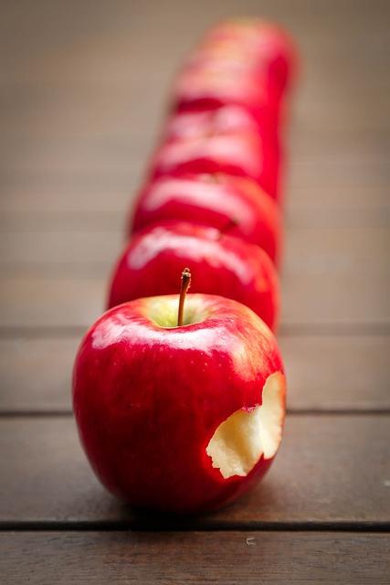 Общепринято на первое место по содержанию железа в продуктах ставить яблоки