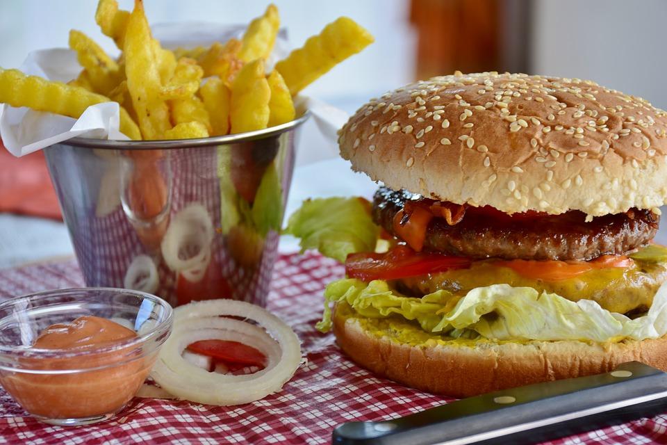 Формируется привычка заедать проблемы или поощрять себя, употребляя вредную еду
