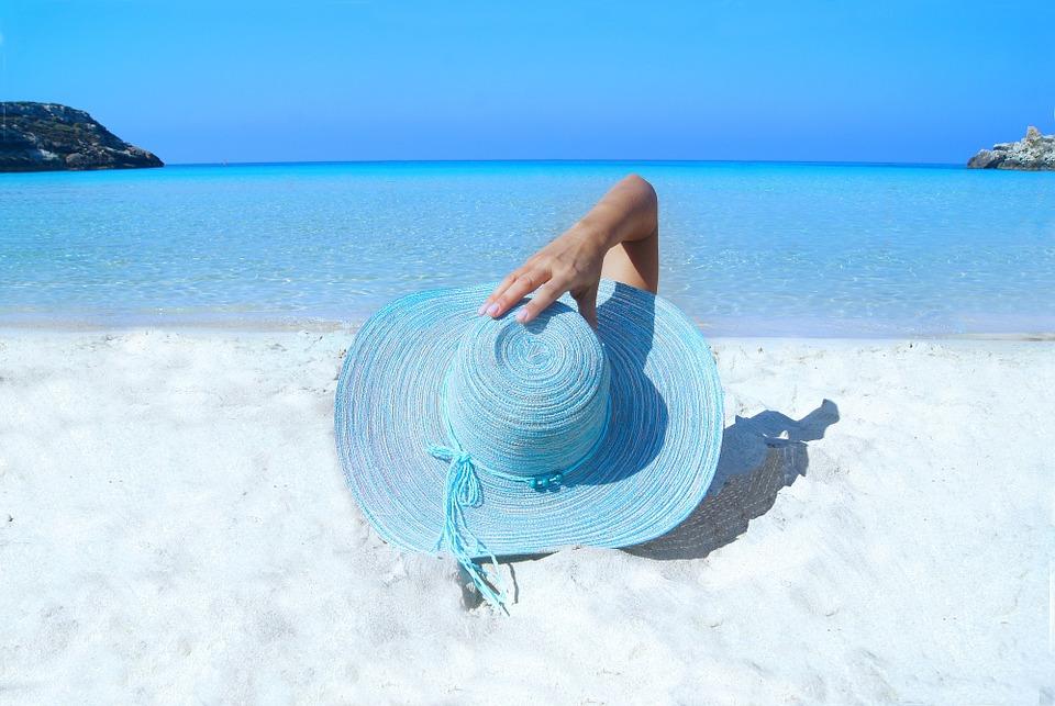 При загаре в поврежденных участках кожи не выделяется пигмент, поэтому стрии заметны во время летнего отдыха и значительно портят внешний вид.