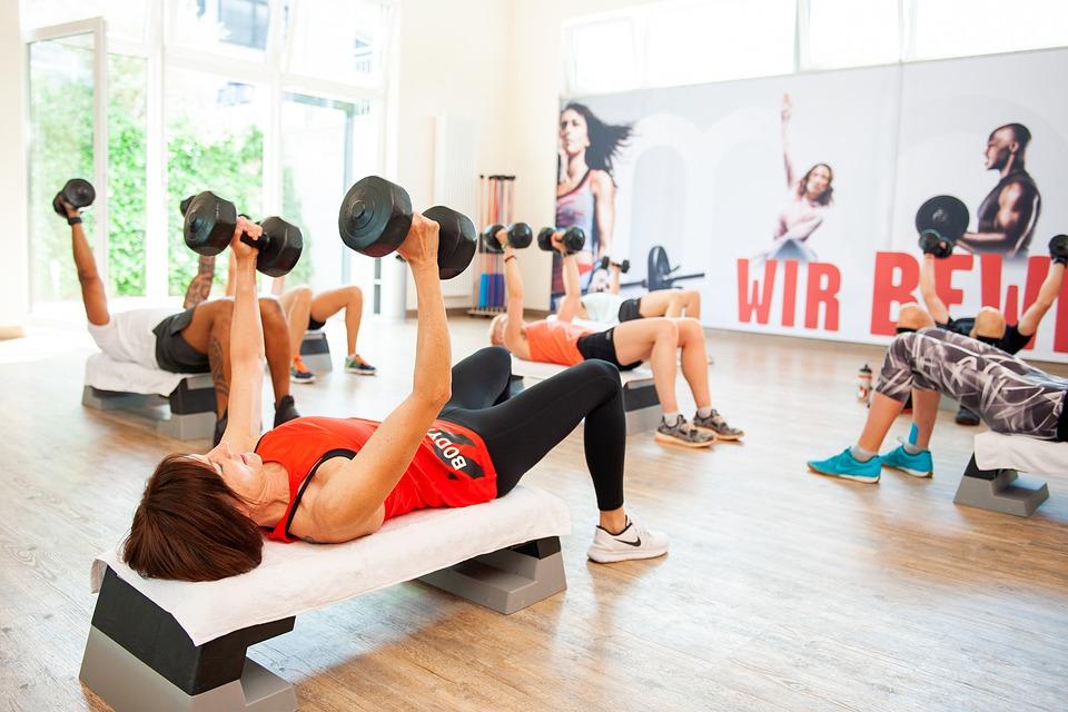Разминка может включать в себя любые удобные упражнения из аэробики или йоги.