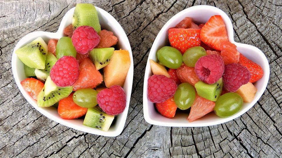 Для улучшения вкуса и разнообразия ассортимента полезных веществ можно добавить в напиток фрукты и ягоды.