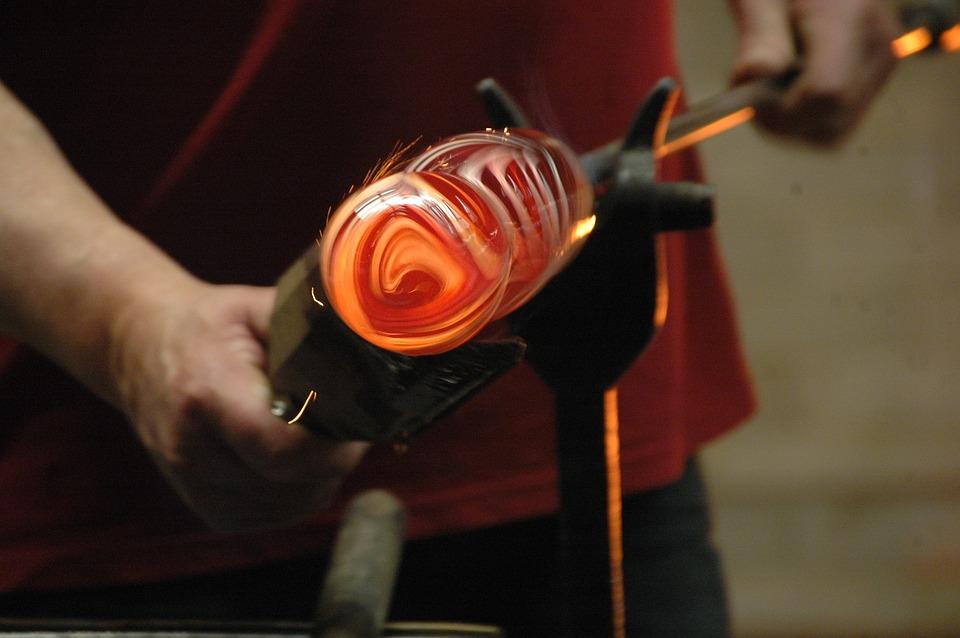Кроме того, он применяется во многих отраслях промышленности, прежде всего, в металлургии с целью получения сплавов и покрытий, защищающих металлические изделия от коррозии.