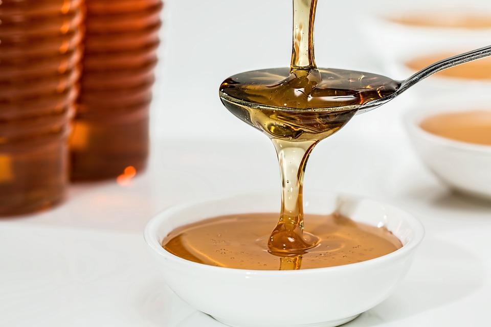 Для лечения ран и гнойничковых воспалений кожу смазывают тонким слоем медом с прополисом дважды в день.
