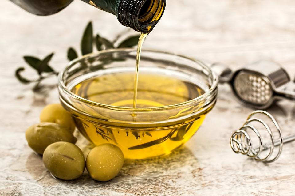 Достаточное количество этого компонента содержится в оливковом, льняном и рапсовом масле.