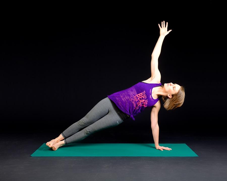 Боковая. Помогает подтянуть обвисшие бока и живот, стройнит тело. Как правильно выполнять: лечь на бок с упором на правую руку, поднять таз и перенести нагрузку на стопы и локоть. Упражнение можно усложнить еще сильнее, подняв свободную ногу вверх.