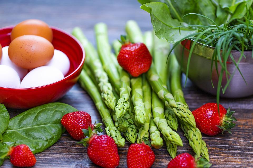 Зная, сколько килокалорий нужно употреблять, чтобы похудеть, можно начать считать калории в рационе.