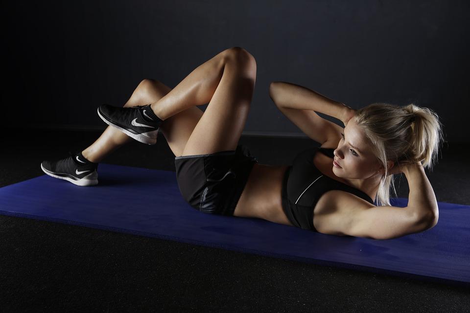 Женщинам в тренировочные дни нужно потреблять около 1700–2000 ккал