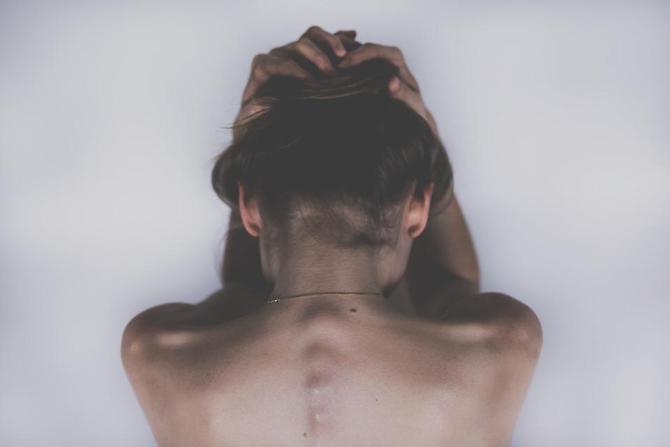 Послеродовая депрессия проявляется в виде угнетенного состояния с повышенной плаксивостью и нежеланием видеть собственного ребенка